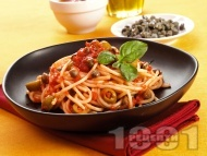 Рецепта Спагети / паста с доматен сос, каперси и зелени маслини (без месо)